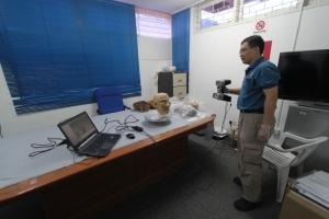Dr Khong CW scanning the Mah Meri Masks using 3D scanner.